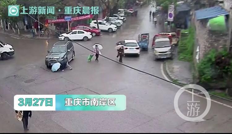 惊险一幕!老人穿行马路突然转向小跑 越野车措手不及……
