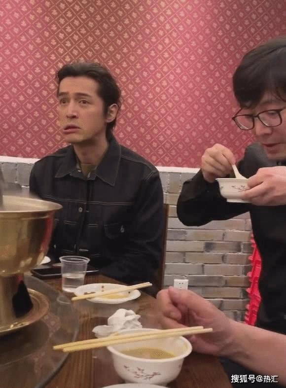 37岁胡歌吃火锅被偶遇,离开了美颜下的生图,他还是你的男神吗?
