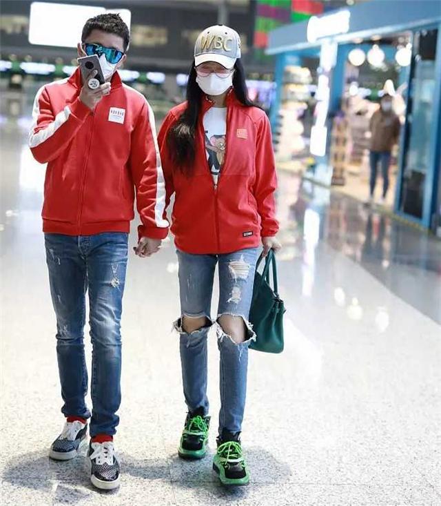 冉莹颖穿露洞装去机场!和老公全程甜蜜牵手 网友:他俩住机场?