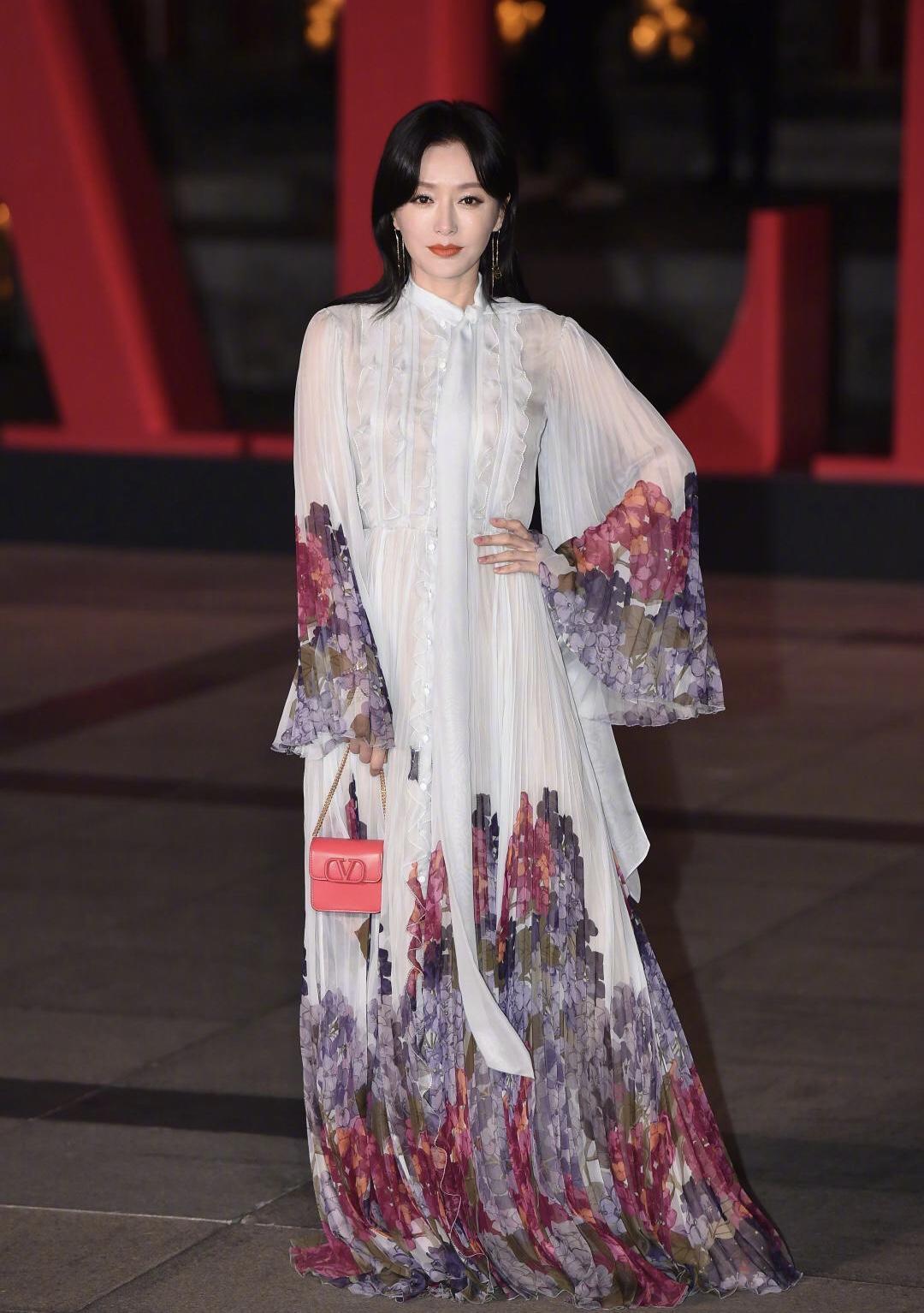 38岁的秦岚穿搭好拼!一身仙气连衣裙look套装造型,洋气又时髦