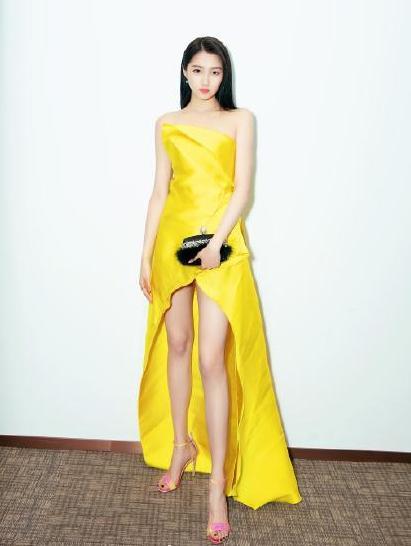 当44岁舒淇和41岁汤唯都穿起淡黄的长裙,谁赢?