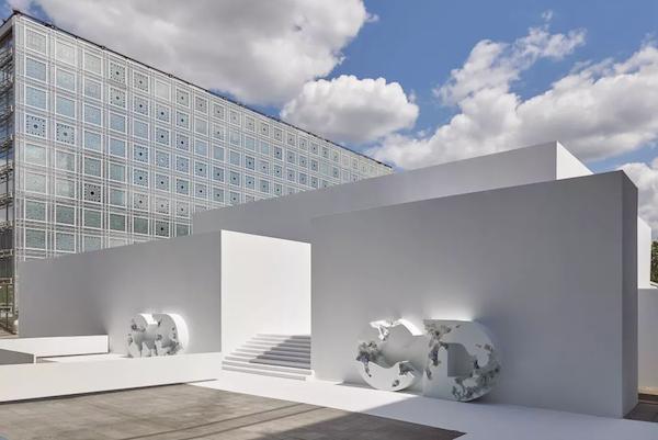 迪奥@艺术家丹尼尔·阿尔轩重新诠释并致敬迪奥经典传承,未来遗迹