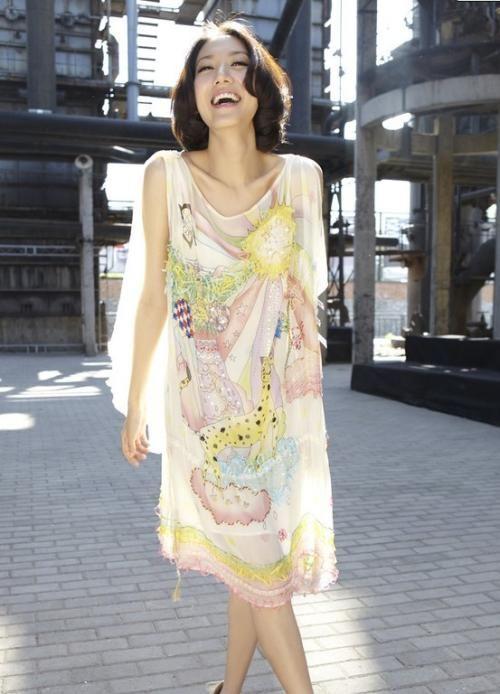 原创             高露身材是不错,但扮嫩的泡泡袖连衣裙尽显臃肿,可惜了啊!
