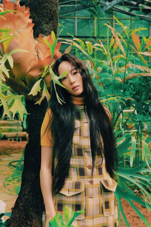 原创             张钧甯最新踏青大片,穿绿裙横躺在草地,曼妙身姿若隐若现太撩人