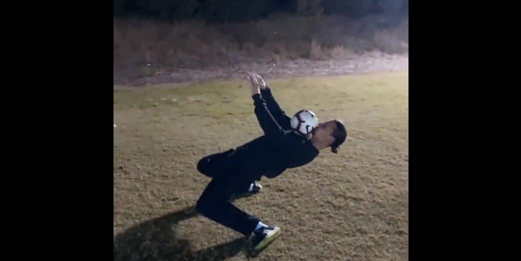 逆天腰力!伊布秀停球后仰 上身平行地面还能蹲起