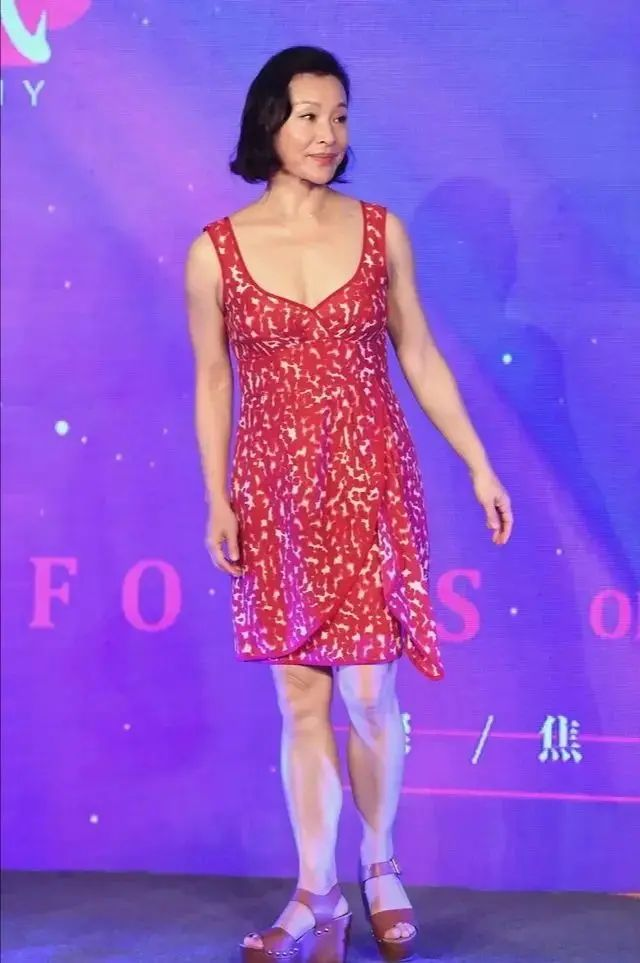 原创             陈冲58岁想打扮成28,穿吊带裙显得膀大腰圆,老了果然没女人味!