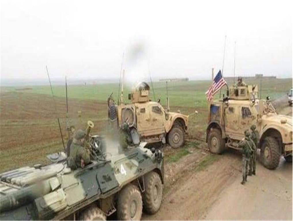 美俄车队激烈的对峙,双方荷枪实枪谁也不肯示弱,一场大战即将爆发?