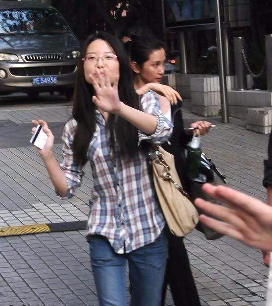原创             李冰冰没化妆被拍,只能用手挡着蜡黄脸,还没助理漂亮!
