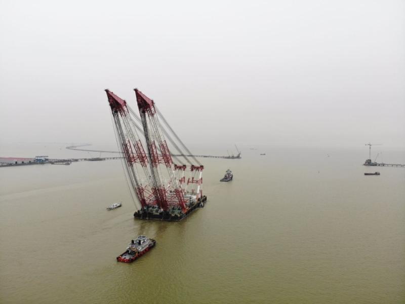 """结束深中通道建设服役后,3200吨起重船""""长大海升""""出港"""