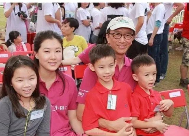 36岁郭晶晶和39岁伏明霞同嫁香港豪门,昔日搭档现关系疏远