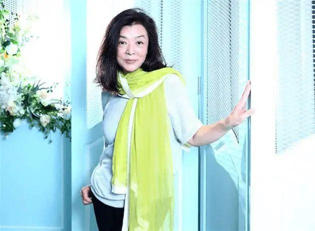 原创             60岁陈玉莲罕见露面,脸也爬满皱纹,打扮普通却很有气质啊!