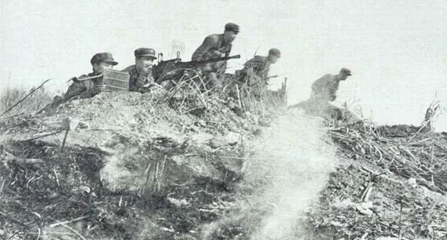越军轮番冲锋终于突入阵地,解放军英勇反击双方展开肉搏战