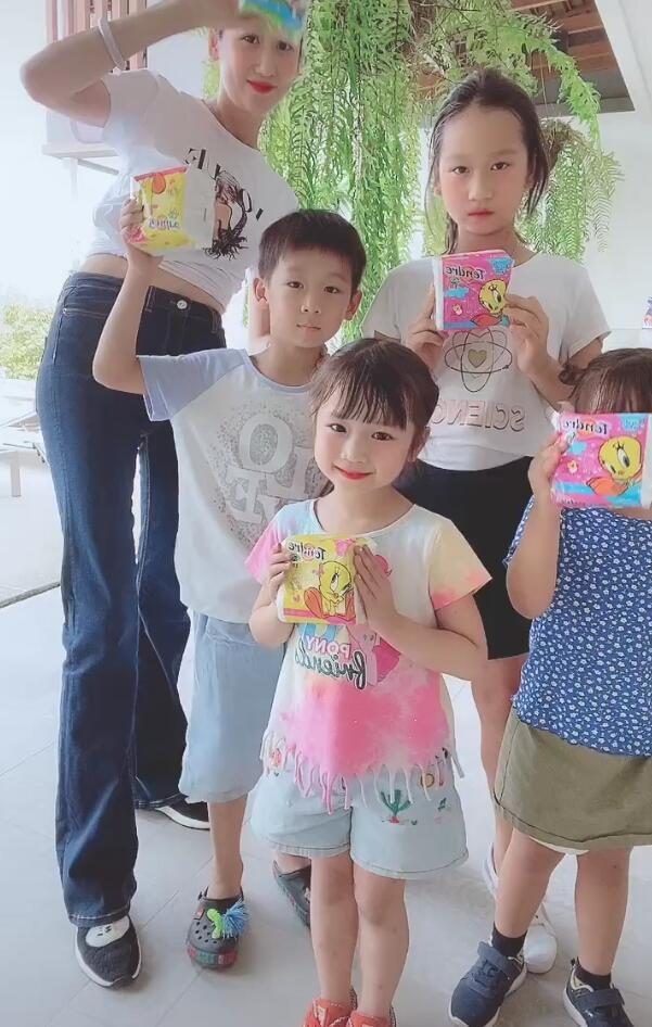 蒋丽莎一人带四个孩子玩,8岁大女儿穿一字肩长裙,打扮略显成熟