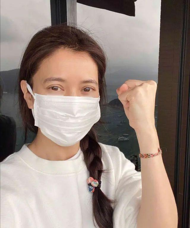 原创             袁咏仪被吐槽衰老,48岁有点白发很正常,不老才觉得不真实!