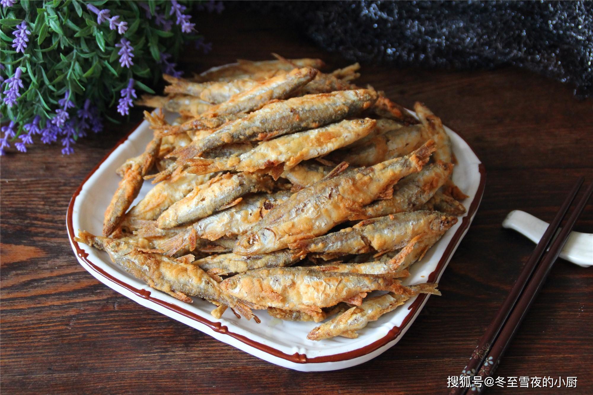 花10块钱买了一斤半的小开江鱼,炸的金黄酥脆,放一天都不回软