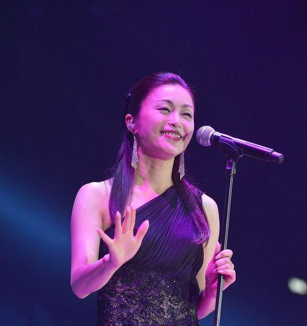 曾红极一时,清纯的外貌和甜美动听的歌声,倾倒了无数歌迷的心!