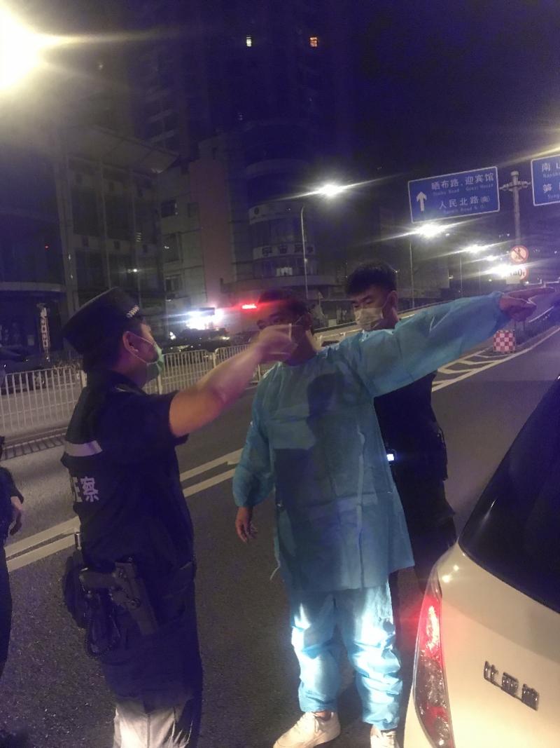 深圳男子凌晨公园睡下,醒来见一丝不挂以为被抢,报警后真相大白