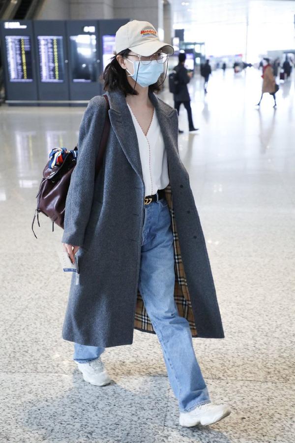 原创             38岁万茜背包戴眼镜现身,一身休闲装扮太像大学生,手上婚戒抢镜