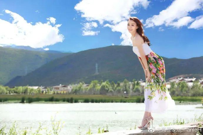 51岁台湾美女萧蔷穿抹胸裙秀香肩!肌肤白嫩性感魅力足