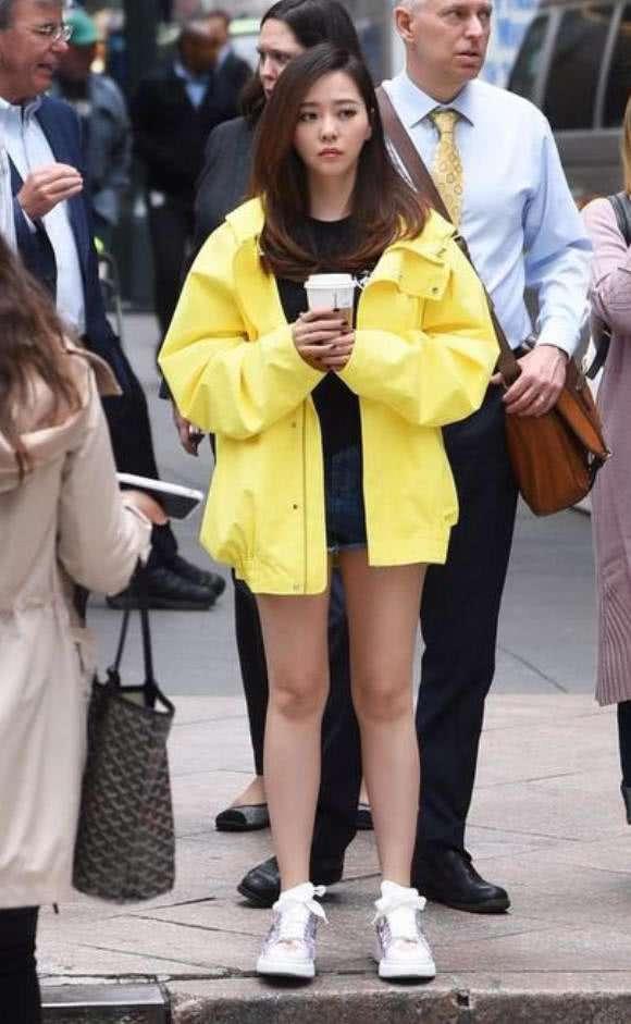 """原创             张靓颖真是个有想法的女星,这条""""混搭""""设计的液体裤绝对独一无"""