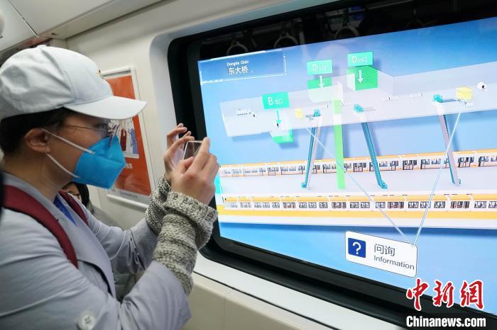 智能列车亮相北京地铁6号线 车窗三维显示行车信息图片