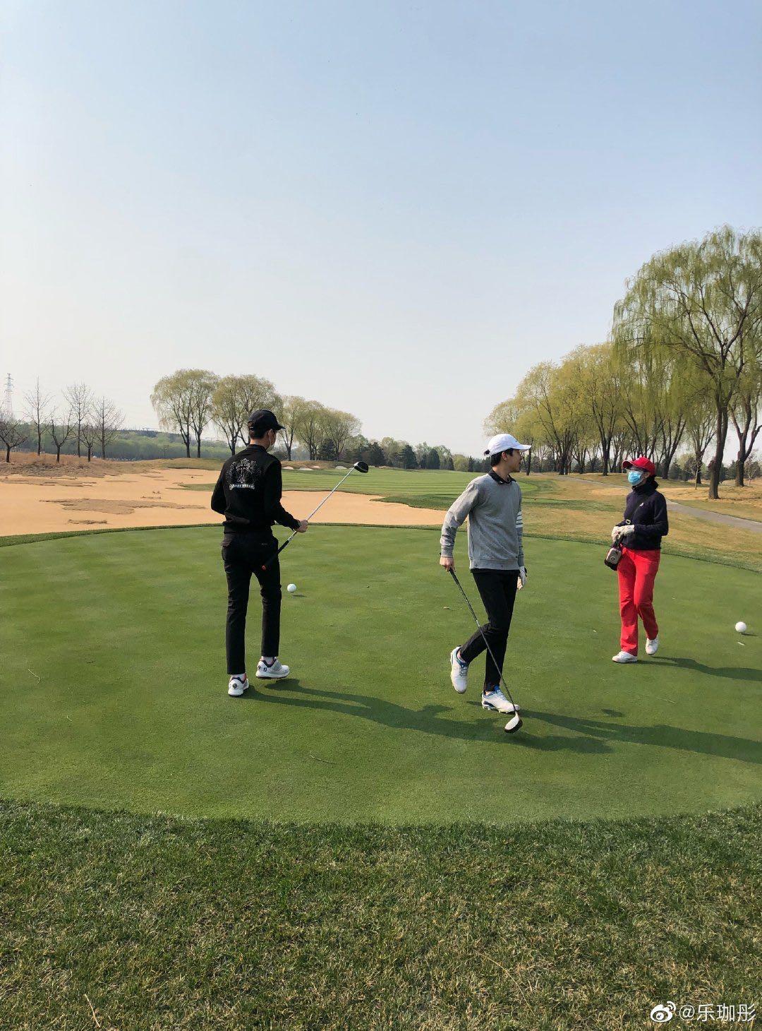 """43岁""""梦萍""""网晒照,一家现身高尔夫球场,网友直呼两个儿子太帅了"""