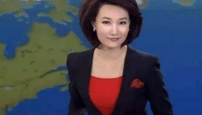 """央视一姐多年戴假发""""扮成熟"""",摘掉假发年轻10岁,美到让人窒息"""