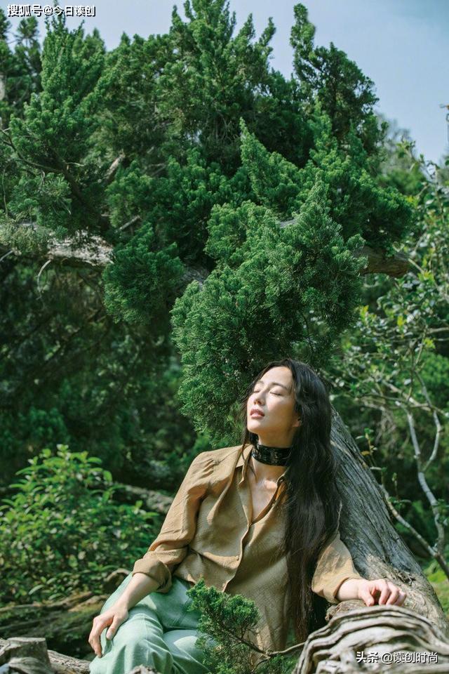 张钧甯穿绿色波点裙躺草地,文艺气质十足