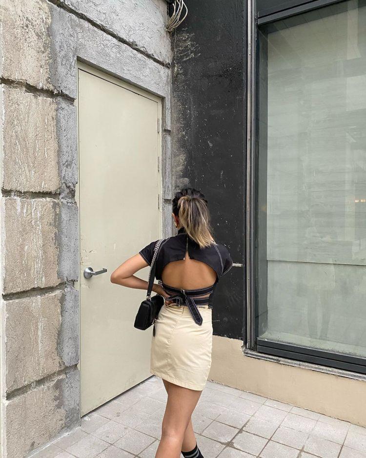 原创             细细吊带很性感,露出直角肩天鹅颈蝴蝶背,女人味超足!
