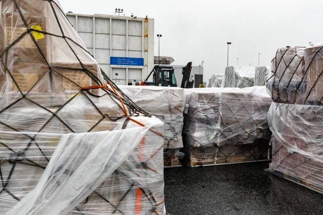 中方大批物资抵达纽约,白宫发出一片欢呼,蓬佩奥本人略显失落