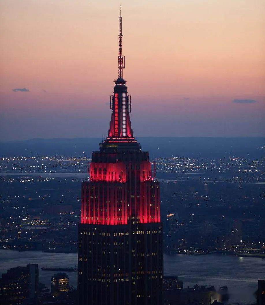 昨夜,帝国大厦点亮!感谢你们,带给纽约勇气和希望!