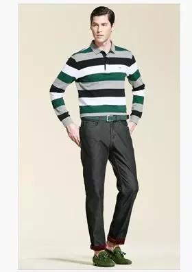 典型的休闲男装有t恤,牛仔裤,套衫,格子绒布衬衫,灯芯绒裤,纯棉白袜