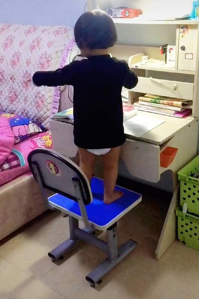 穿尿不湿的妹妹替两个哥哥写作业,一顿操作猛如虎,奋笔疾书笑翻妈妈