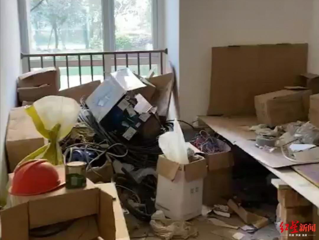 小两口高高兴兴去收新房,打开房门懵了:堆了杂物还住了人