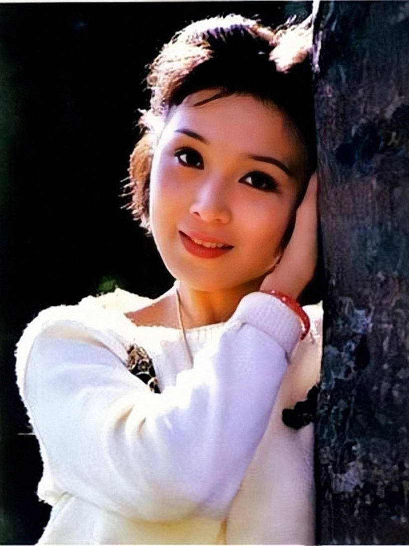 刘亦菲家族基因真好,妈妈气质端庄,小姨明艳动人还是个时髦精