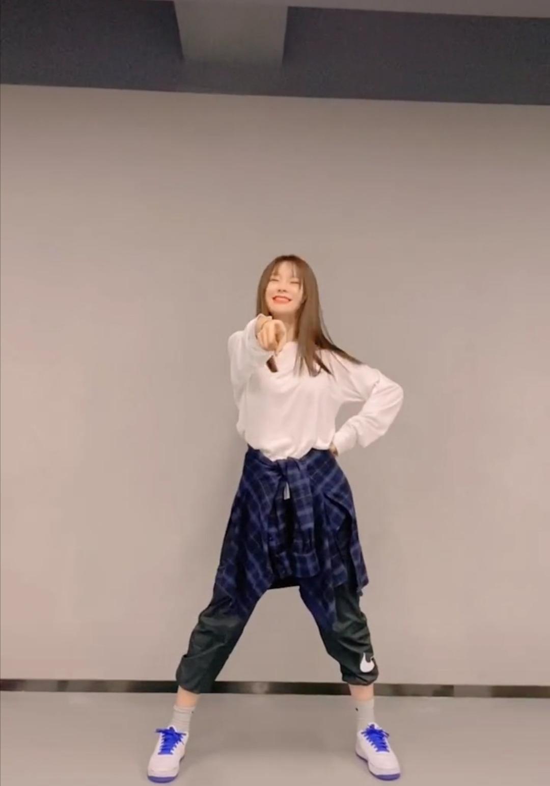 沈梦辰模仿《青你2》选手跳舞,表情控制满分,被指:撞脸蔡卓宜
