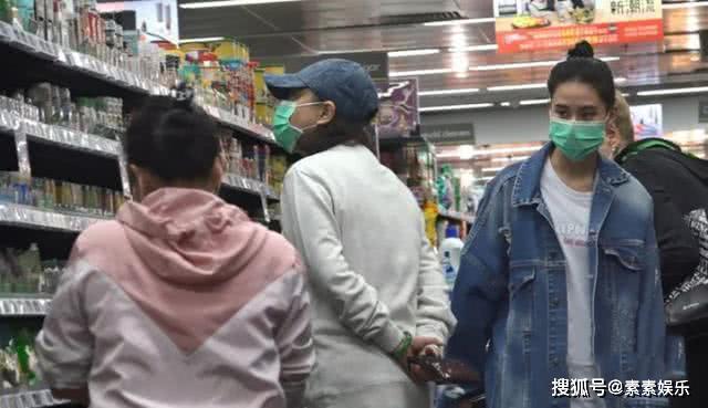 『女儿』带女儿何超莲逛超市,不满被拍后甩脸离开赌王三太发福严重