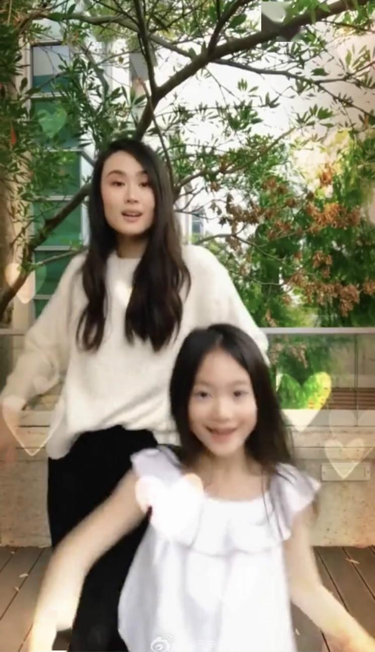 [李小鹏]8岁奥莉气质超老妈,运动天赋超常人李小鹏妻子女儿一起跳舞