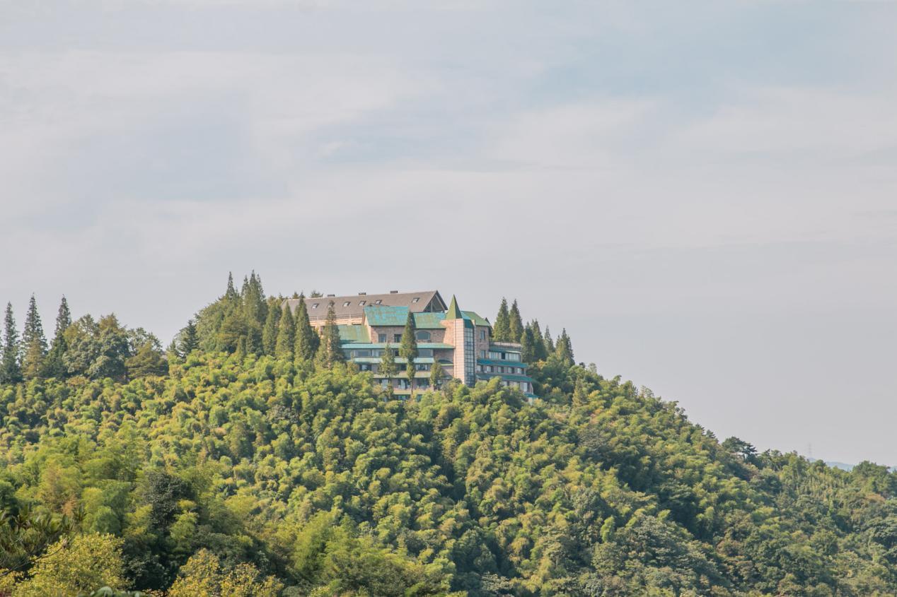 高耸的山顶建筑城堡,国家会议在这里进行,莫干山有怎样的魅力?