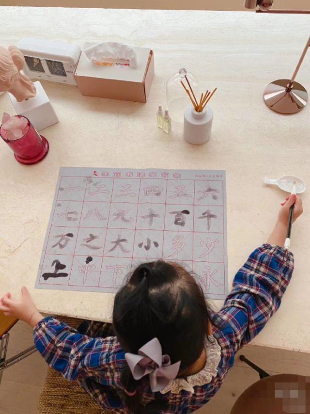 陈赫女儿3岁学习写字,还是软笔,书法艺术的确应该从小重视