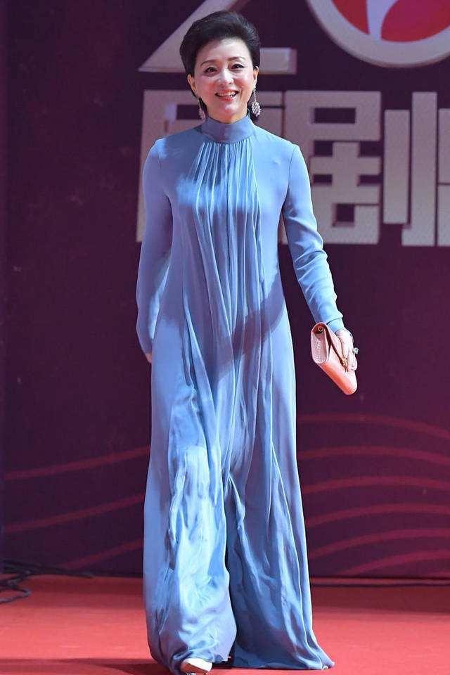 原创             杨澜在家穿灰色连衣裙,很普通却知性,全身散发着优雅气质!
