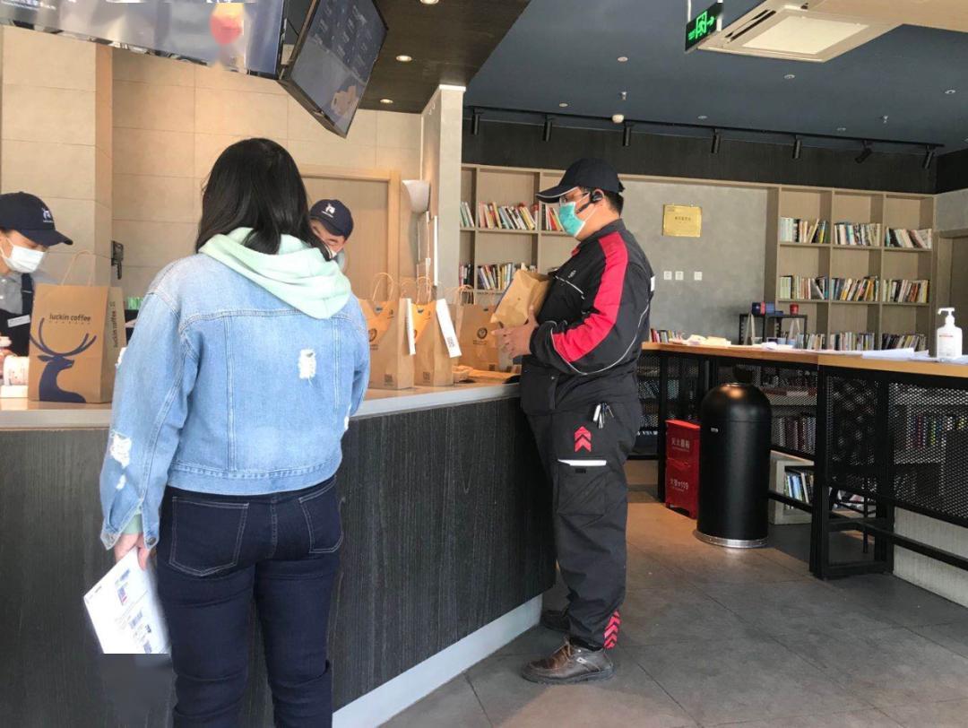 实探瑞幸门店:爆单,闭店,一杯咖啡苦等2小时