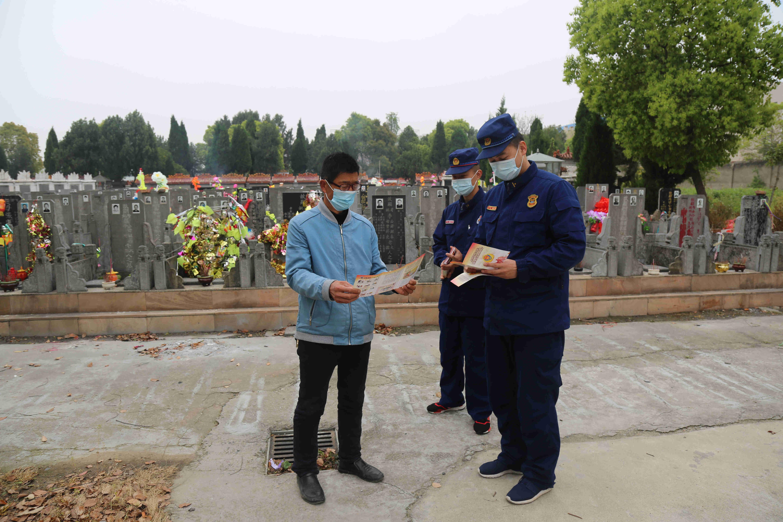 湖北荆州消防指战员走街串巷宣传清明节防火安全