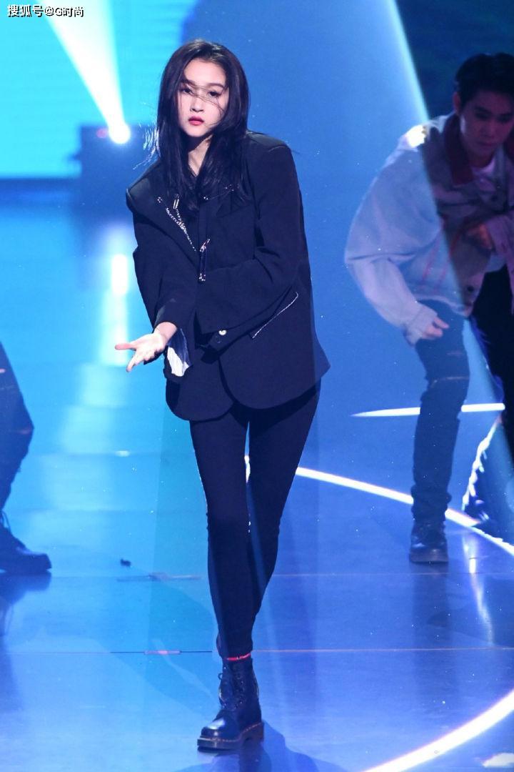 原创             关晓彤露脐装+黑色紧身裤 摇滚风装扮又帅又飒 你被酸到了么