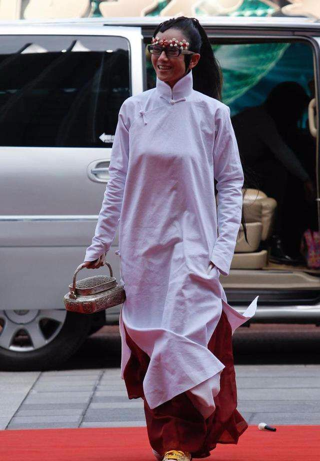 原创             杨丽萍近照干瘦衰老,起码她不刻意扮嫩,比很多人都要漂亮!