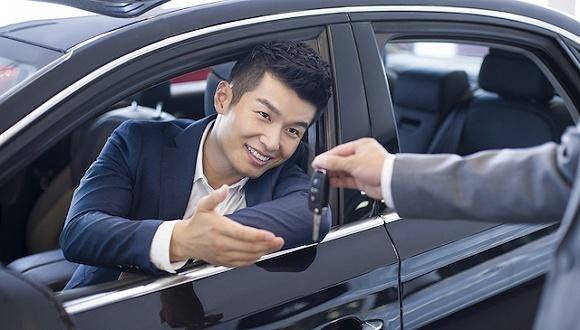 受瑞幸造假影响,神州租车跌超70%后停牌_瑞幸神州租车一个老板