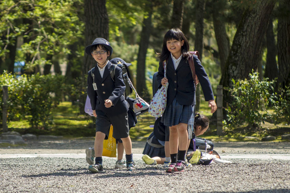 日本小学生书包重20斤,里面装的这些东西,很多中国学生不敢放