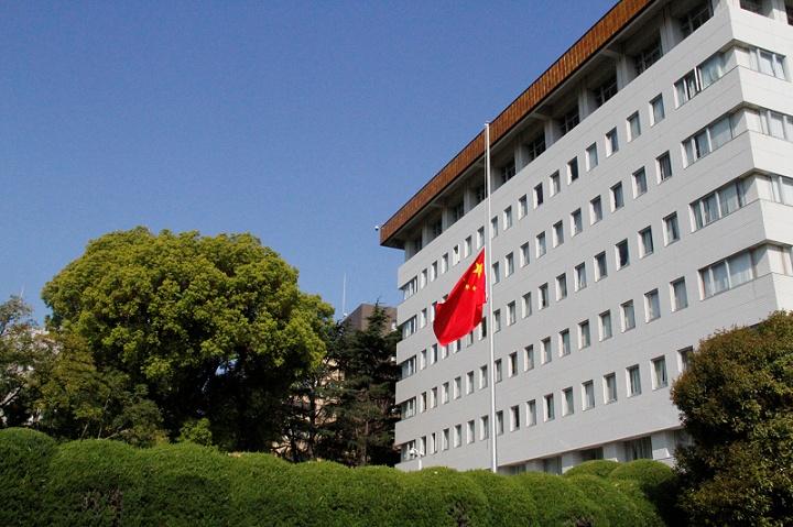 中国驻日本大使馆降半旗志哀疫情逝者