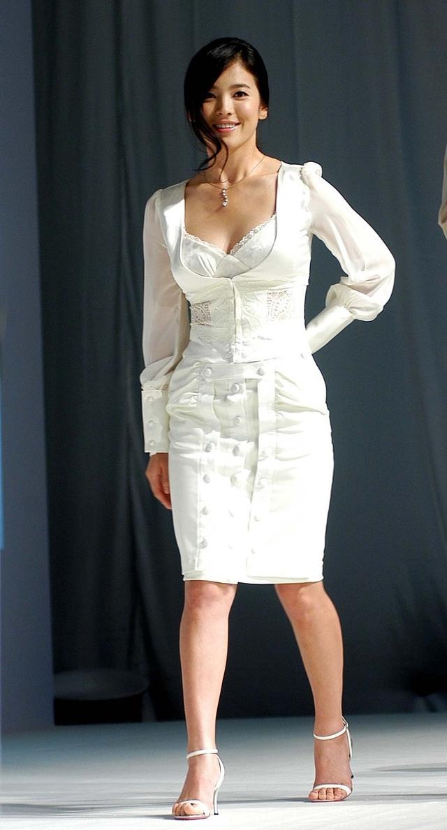 宋慧乔厉害了,一条连衣裙穿出了少女感,网友:这身材我服了!