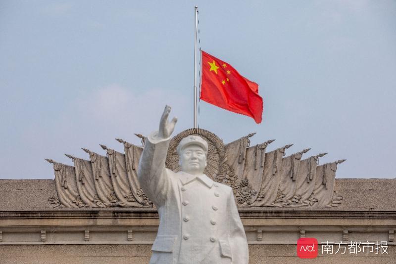 清明节全国哀悼,武汉市民朝长江中撒花悼念